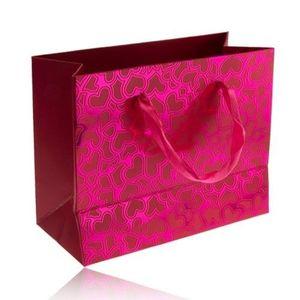 Pungă de cadou, suprafață roz lucioasă, inimi mate asimetrice, panglici imagine
